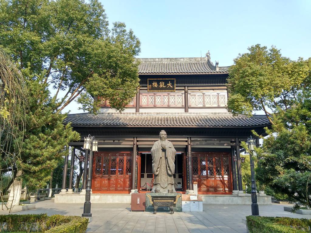 石鼓書院大觀樓與孔子像。