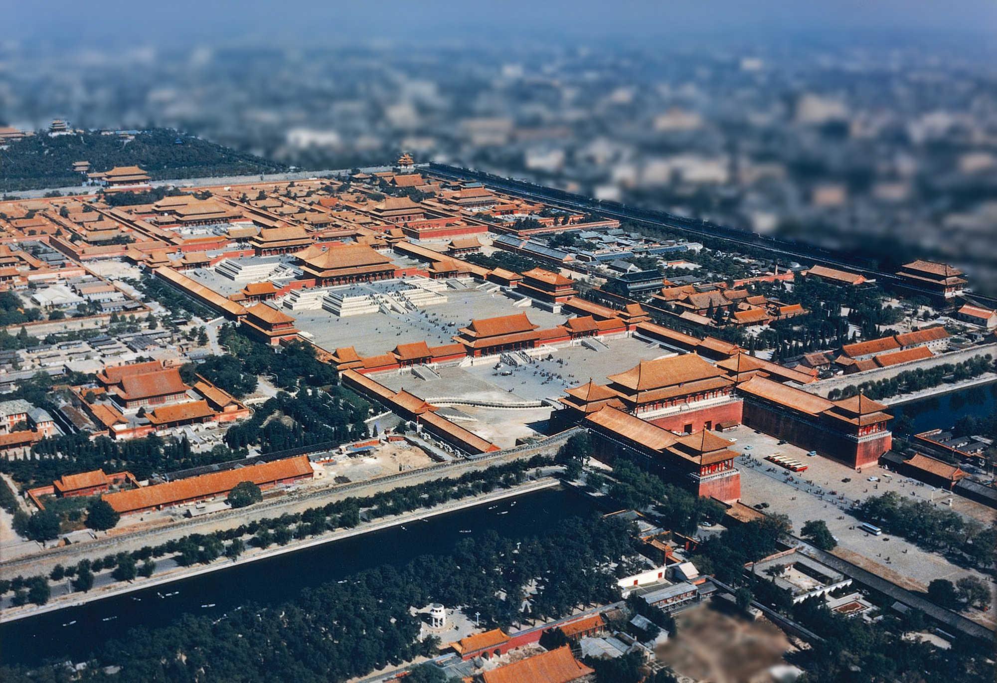 紫禁城的太和殿、中和殿、保和殿端坐在中軸線夯實的最高台基上。