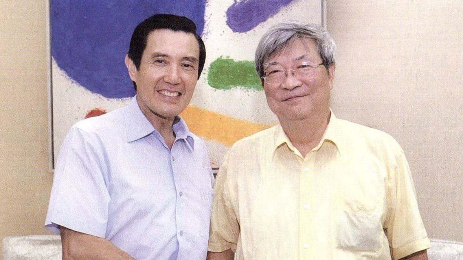 2012年王曉波與馬英九於總統府合影。