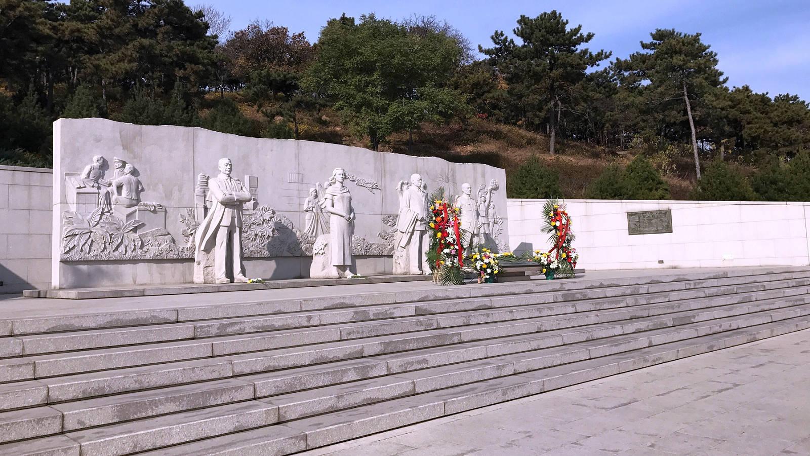 西山無名英雄紀念廣場上立有四個塑像,人物由右到左分別為涉及「吳石案」的聶曦、吳石將軍、朱楓、陳寶倉將軍。