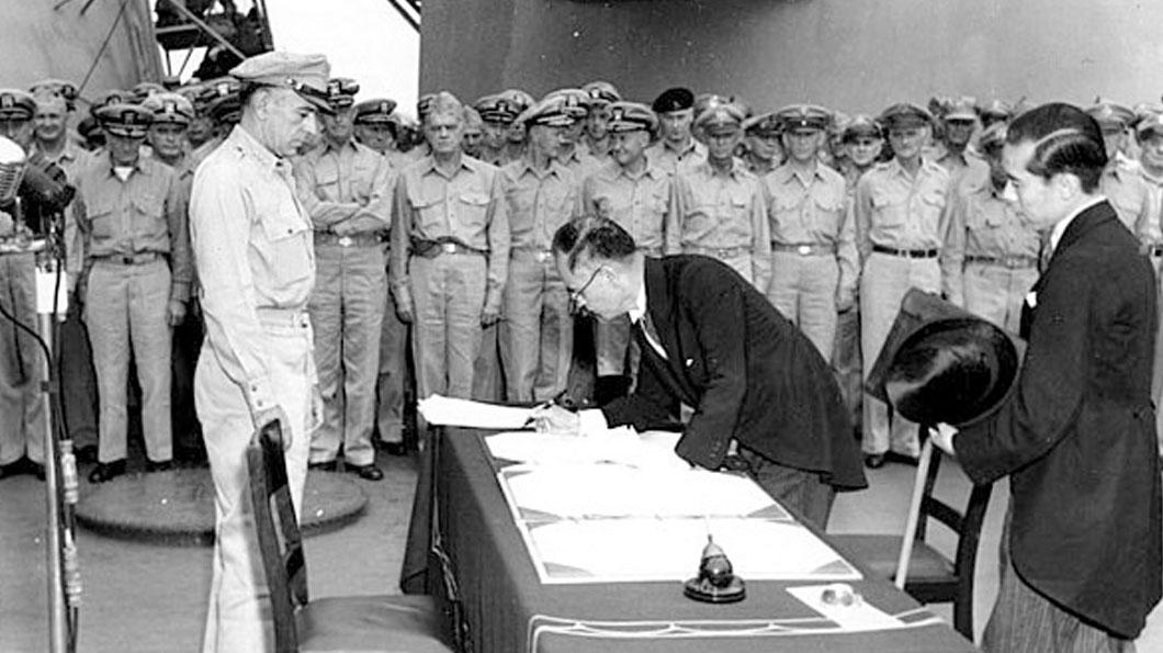 1945年9月2日,日本外務大臣代表日本政府簽署《降伏文書》。在此之前,8月14日日本政府宣布接受《波茨坦公告》後,次日昭和天皇發表《終戰詔書》,宣布日本政府決定遵從同盟國集團的無條件投降之要求,至此臺灣回歸中國。