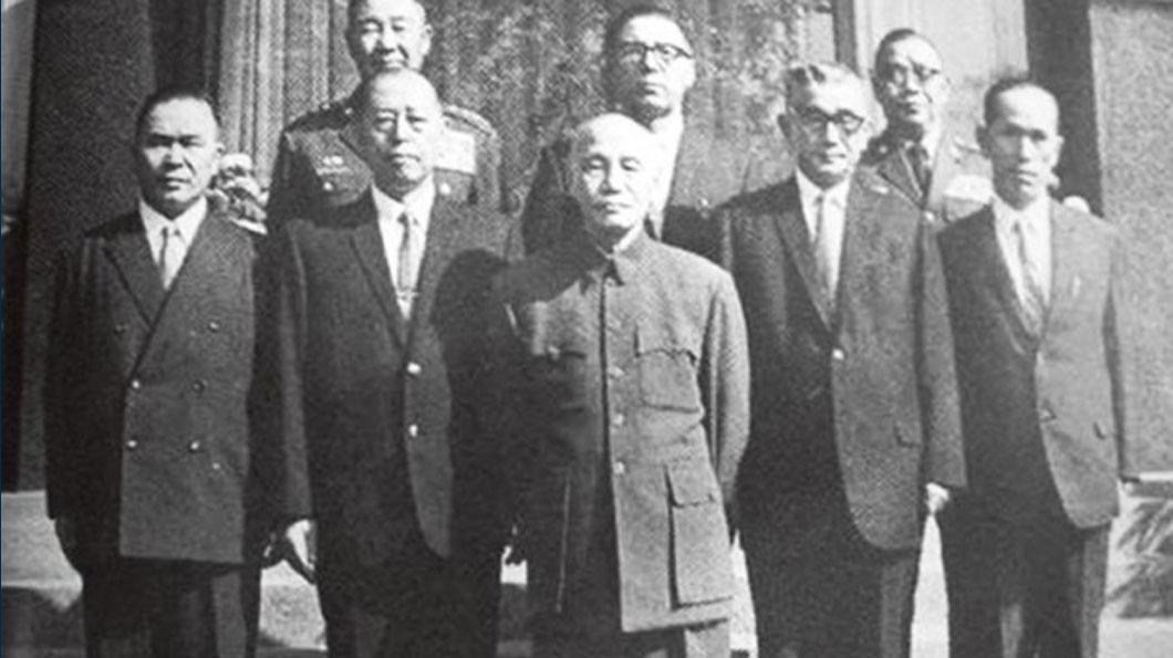1949年蔣介石(中)對在中國大陸罪惡累累的日軍予以寬大處理,並引富田直亮(右三)為首的日本軍事顧問團(白團)來臺訓練國軍對抗中共。