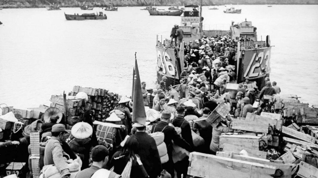 1955年國民黨軍在美軍第七艦隊護航下,將兩萬餘名浙江省的大陳島軍民遷至臺灣。這些摧家毀舍、離鄉背井的「大陳義胞」,被分散安置於臺灣島上或移防至金門、馬祖,生活相當困苦。