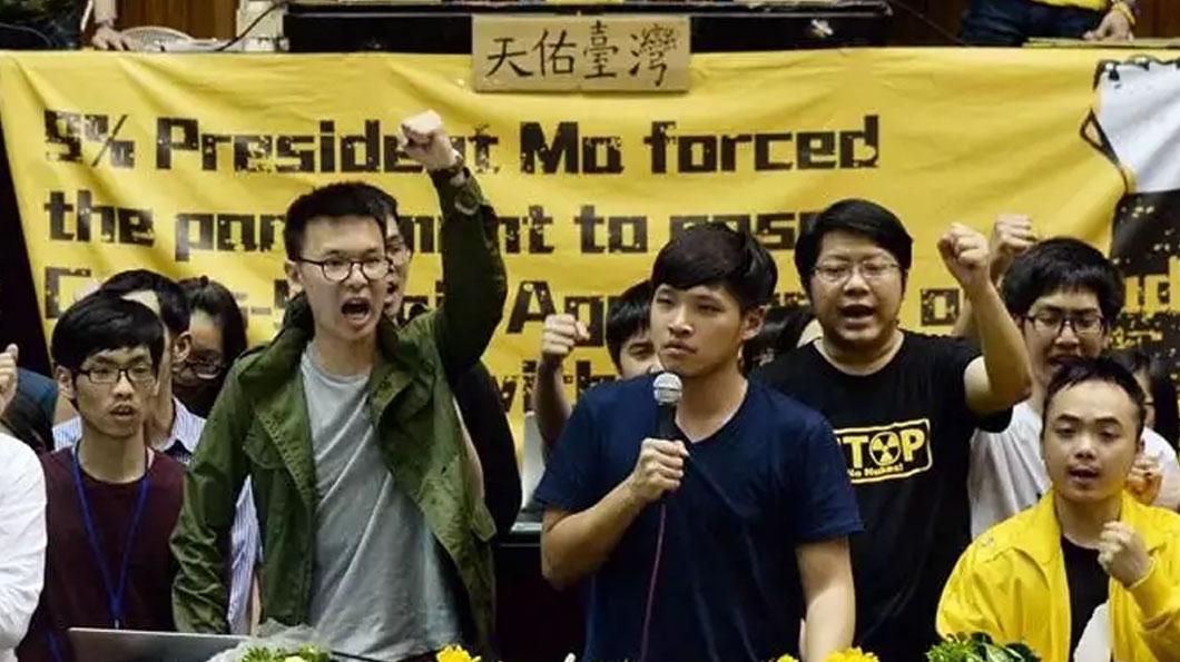 2014年臺灣民眾為了阻擾《海峽兩岸服務貿易協議》而攻占立法院,發起活動的領袖陳為廷(前右)、林飛帆(前左),皆為民進黨籍。